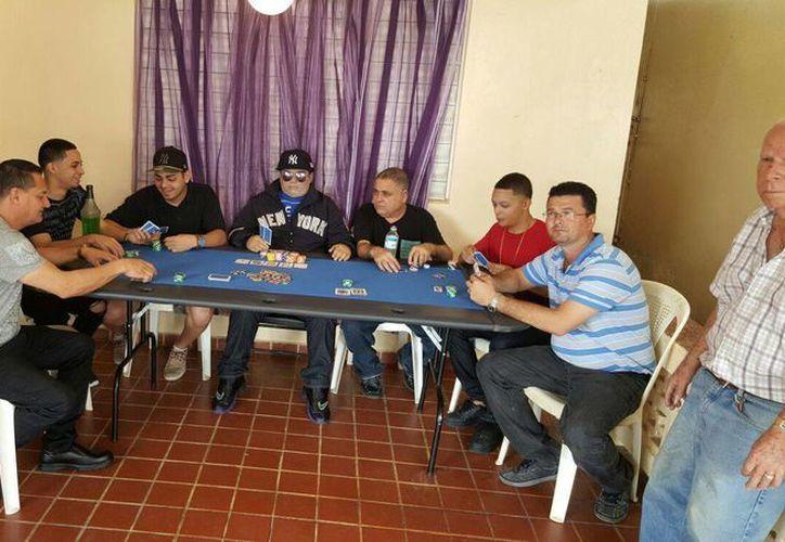 Un hombre de 31 años fue velado como si estuviera jugando al póquer. En Puerto Rico, no son tan raros este tipo de funerales. (EFE)