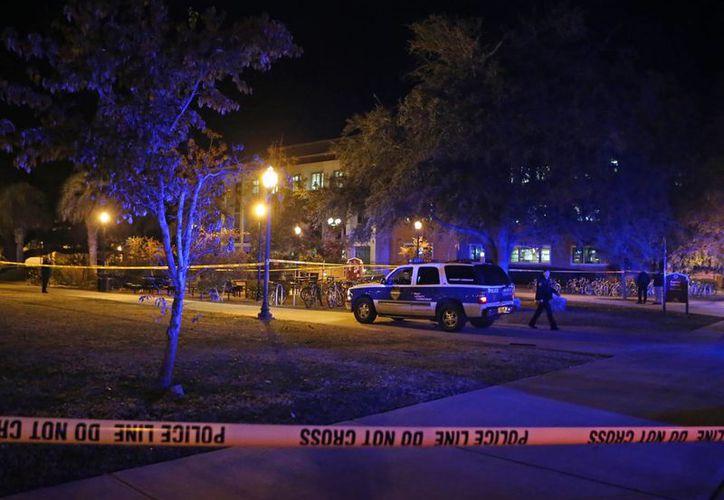 Las autoridades acordonaron la zona de la biblioteca Strozier donde se registró un tiroteo que dejó 3 heridos. (Agencias)
