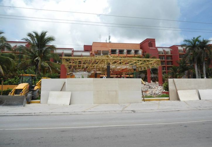 La empresa de maquinaria pesada 'Baasha' trabajan en la obra de la remodelación del hotel Fiesta Americana. (Irving Canul/SIPSE)