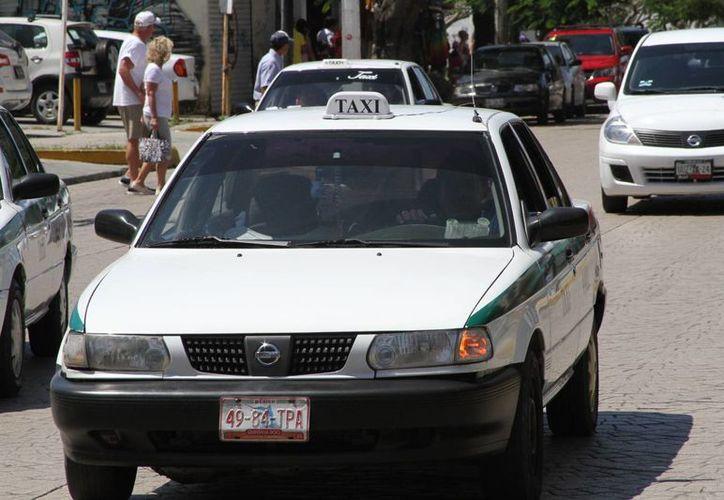 Los taxistas deben de portar una tarjeta con sus datos personales para cualquier inconformidad. (Sergio Orozco/SIPSE)