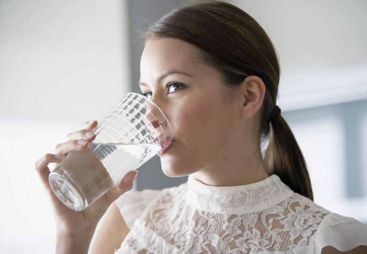 Expertos recomiendan beber dos vasos de agua natural antes de cada comida. (Foto: Contexto)
