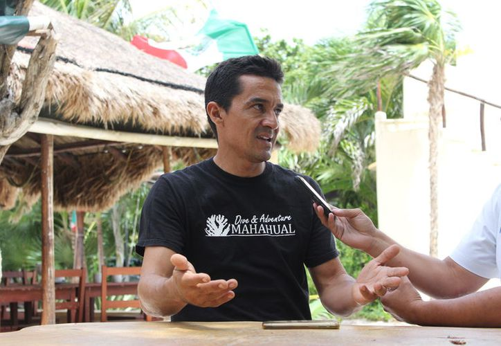 """Luis Fernando vive junto a las costas de Mahahual, dedicado a atender su negocio de buceo """"Dive & Adventure Mahahual"""". (Redacción/ SIPSE)"""