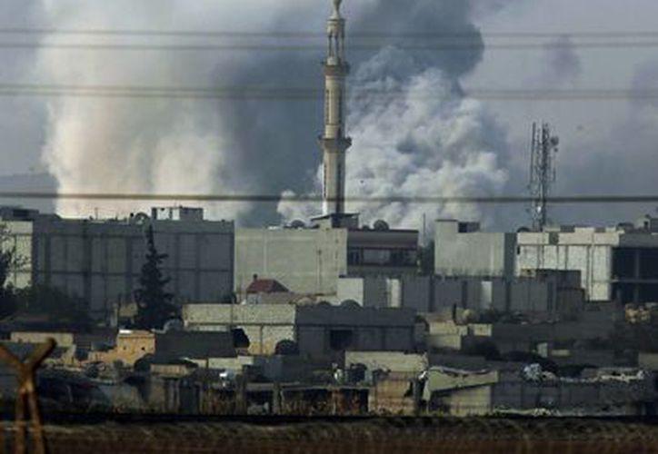 El humo se eleva después de un ataque aéreo de la coalición liderada por Estados Unidos en Kobani, Siria. (Agencias)