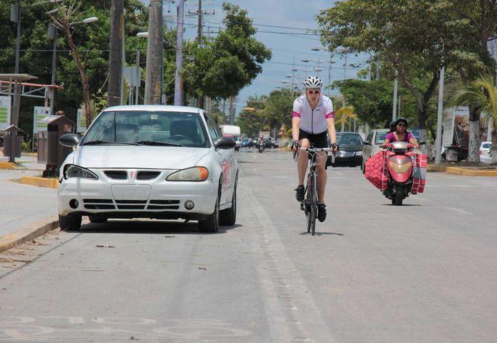 Varios vehículos permanecen sobre dicha vía que está perfectamente señalizada para evitar esto. (Gustavo Villegas/SIPSE)