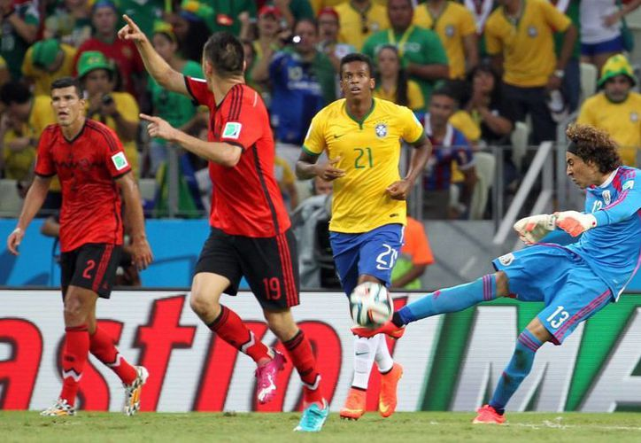 El portero mexicano Guillermo Ochoa (d), que hasta la temporada pasada jugaba en el Ajaccio francés, tuvo grandes actuaciones con México en el Mundial de Brasil, a tal grado que ahora podría jugar en España. (Notimex)