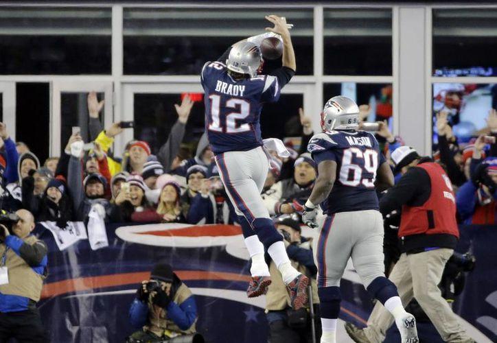La dupla del pasador Tom Brady (12) y el ala cerrada Rob Gronkowski volvió a hacer de la suyas, al conseguir dos de los touchdowns del triunfo de Patriotas ante Jefes de Kansas City por marcador de 27-20. (AP)