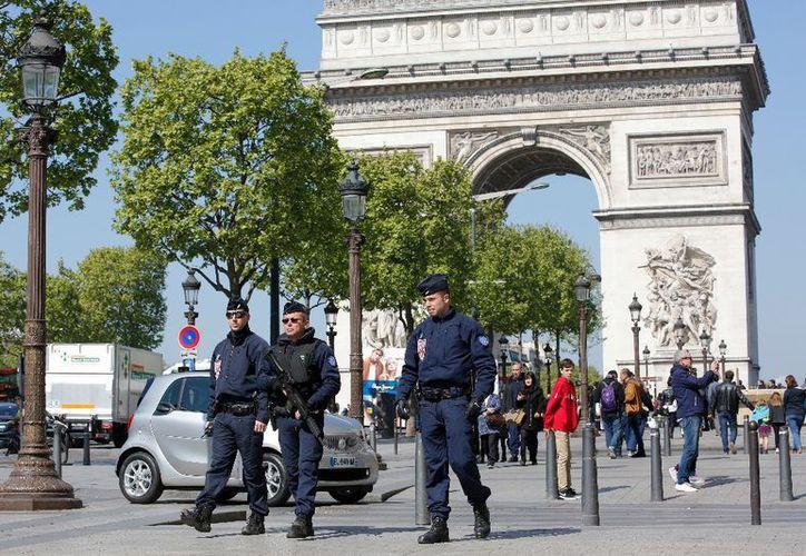 """El atentado en la avenida de los Campos Elíseos de París no impedirá """"la cita democrática"""". (AFP)."""