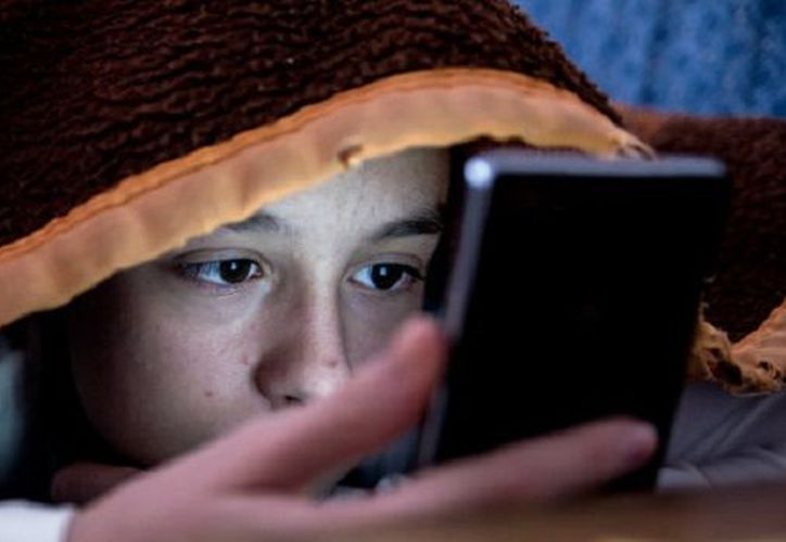 Quienes utilizan dispositivos electrónicos por las noches suprimen la secreción de melatonina, lo que retrasa el inicio del sueño. (SIPSE)