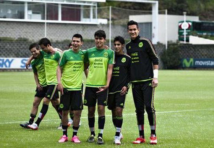 Raúl Gutiérrez convocó a 22 jugadores para los partidos de preparación en Europa. (Notimex)