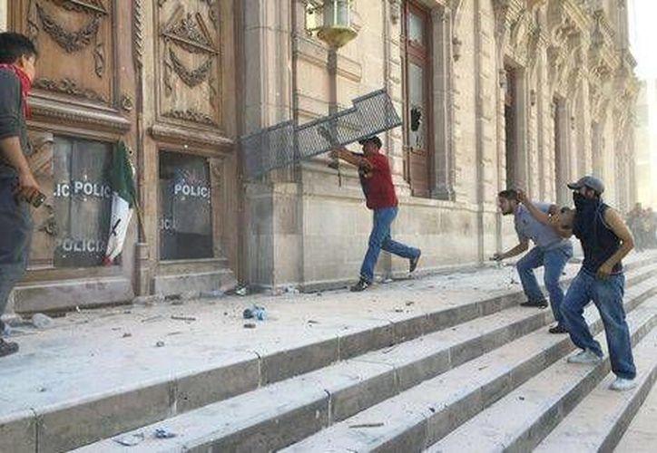 Los manifestantes lograron destruir el Palacio de Chihuahua y varias ventanas. (Milenio)