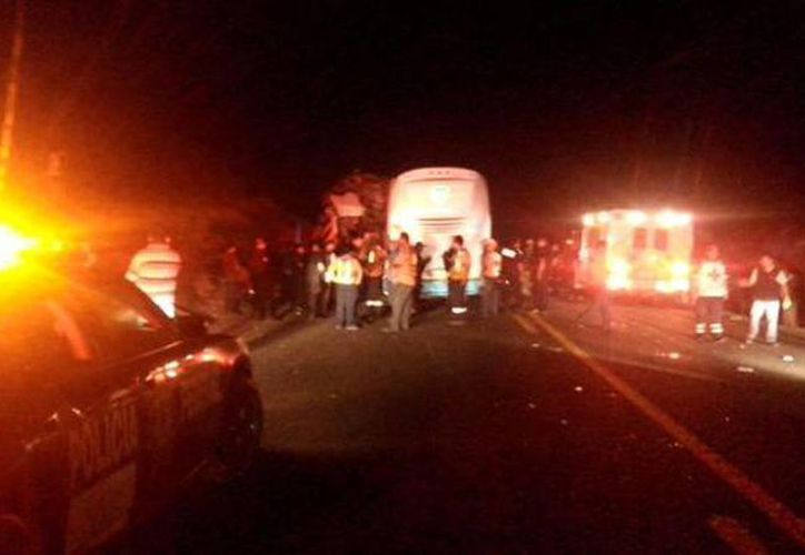 Imagen del lugar del accidente fatal entre dos autobuses en en la carretera Victoria-Zaragoza, en Tamaulipas. (@bomberosvic)