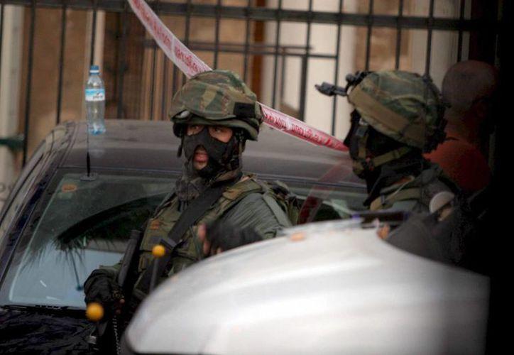 Dos policías especiales israelíes vigilan en Tel Aviv, Israel. (Archivo/EFE)