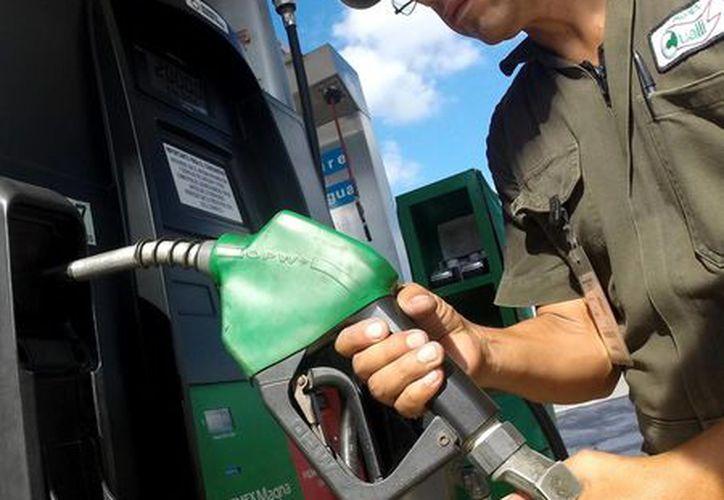 El secretario de Hacienda atribuyó los incrementos a los precios de las gasolinas al aumento observado en el precio del petróleo. (Notimex)