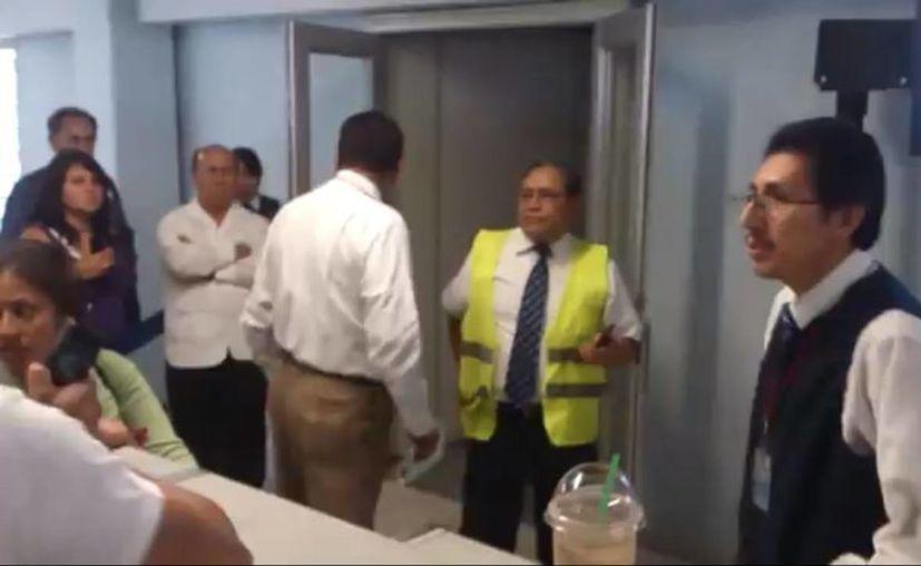 El pasajero agredido ofreció una disculpa al trabajador (de chaleco amarillo). (Captura de pantalla)