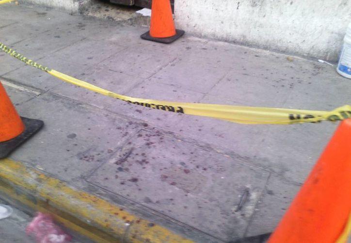 Personal de servicios periciales de la FGE llegaron al lugar para levantar evidencias del caso de agresión con arma blanca en el centro de Mérida. (Milenio Novedades)