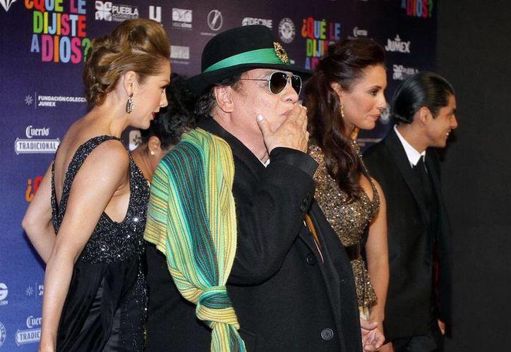 Juan Gabriel sufre de neumonía, por lo que fue hospitalizado tras una presentación en Las Vegas. En la imagen (de archivo), el cantante pasa por la alfombra roja de la película <i>¿Qué le dijiste a Dios?</i>