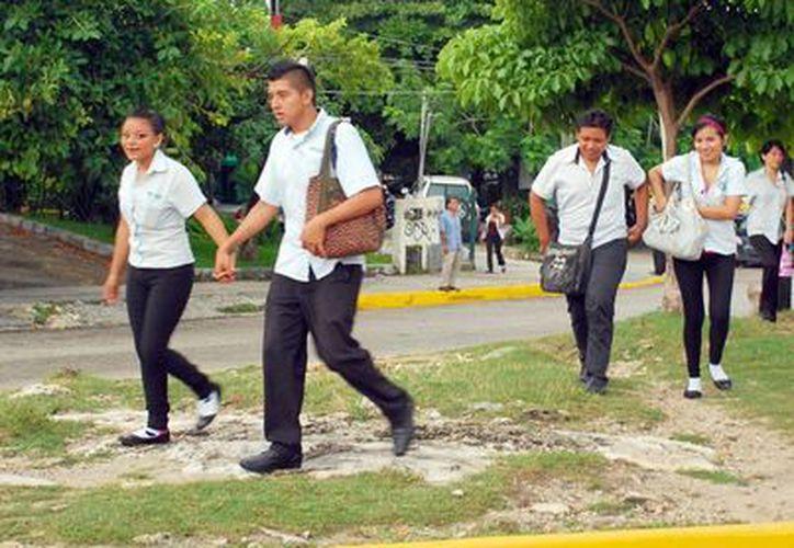 En la Exporienta los alumnos tienen la oportunidad de conocer la oferta educativa que hay en la entidad. (Tomás Álvarez/SIPSE)