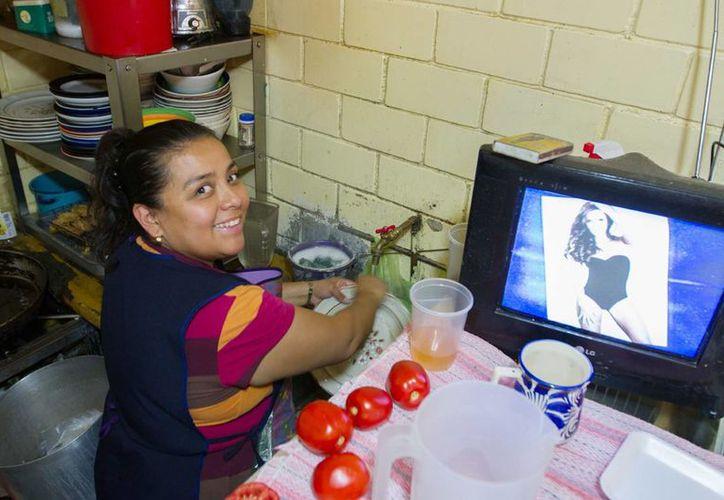 Trabajo doméstico no remunerado aporta 24.2 por ciento a la economía nacional . Imagen de una ama de casa mientras lava un plato. (Archivo/Notimex)