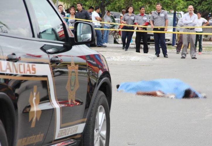 Una mujer atropelló en reversa a un 'viene viene' en el estacionamiento de Plaza Las Américas. El hombre falleció. (Aldo Pallota/SIPSE)