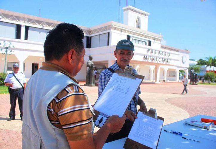 Ciudadanos recolectan firmas para pedir al Ayuntamiento que explique por qué solicita un aumento de la deuda municipal de Solidaridad. (Daniel Pacheco/SIPSE)
