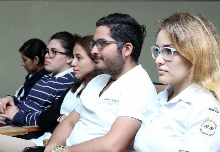 Estudiantes de la carrera de Nutrición actualizan conocimientos en la conferencia 'Efecto de sustancias como los perfloroquímicos (PFC) en el metabolismo de niños y adolescentes', en la Unimayab. (Milenio Novedades)