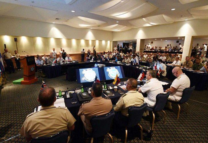 Jefes militares reciben seguridad por tierra, mar y aire en la reunión de la Conferencia de Seguridad de Centroamérica. (Foto: Gustavo Villegas/SIPSE)