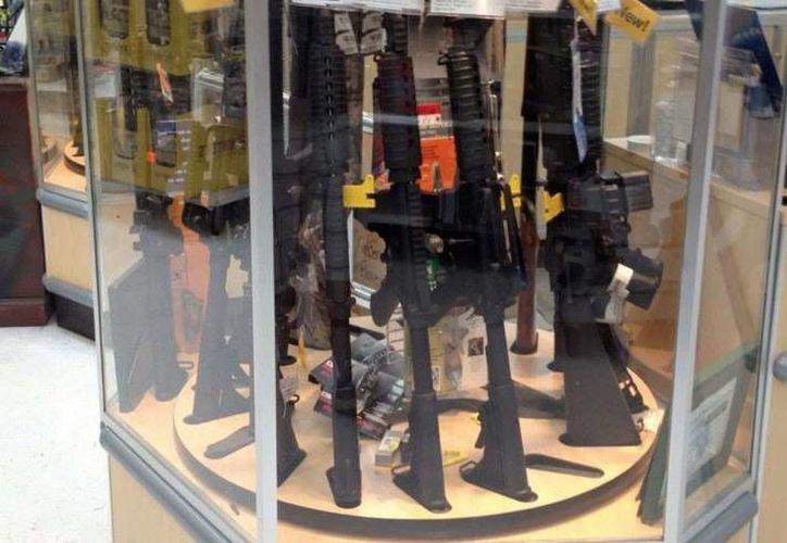 Ante la poca demanda de armas, Walmart decidió retirar de sus tiendas los rifles AR-15 y otras armas semiautomáticas. (libertynews.com)