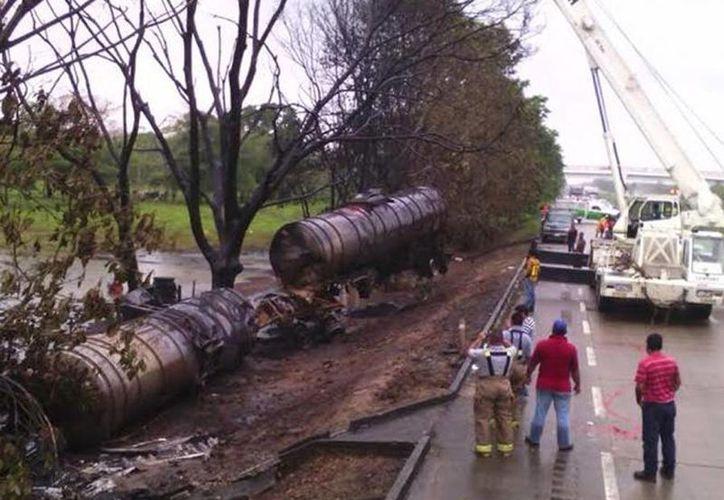 Una pipa con 60 mil litros de combustible se volcó sobre el kilómetro 77+500 de la carretera federal Villahermosa-Coatzacoalcos. (excelsior.com.mx)