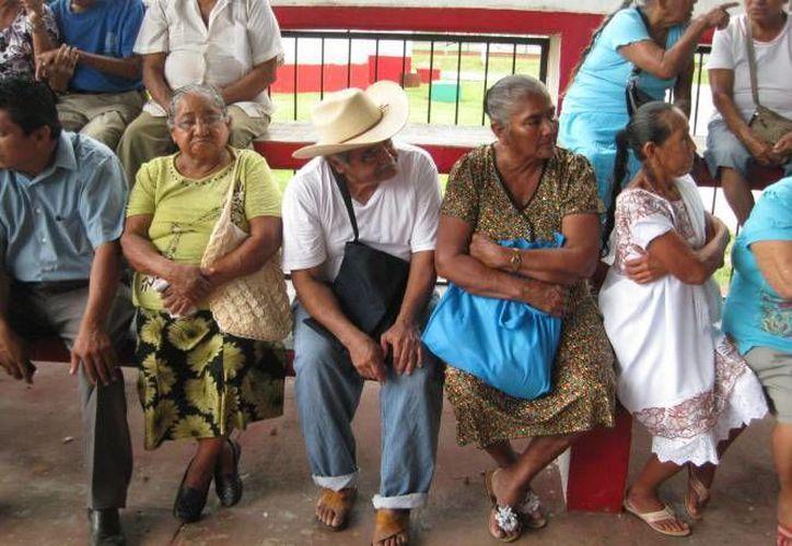 A los abuelitos se les ofreció consultas médicas, entregó de medicamentos, realizó plática nutricional y cortes de cabello. (Imagen de contexto/Milenio Novedades)