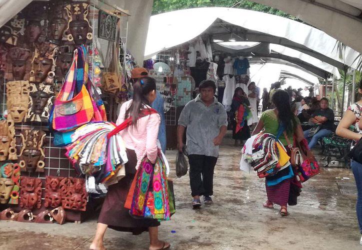 Las vendedoras chiapanecas, otro obstáculo para la industria. (Foto: Jorge Acosta/Milenio Novedades)