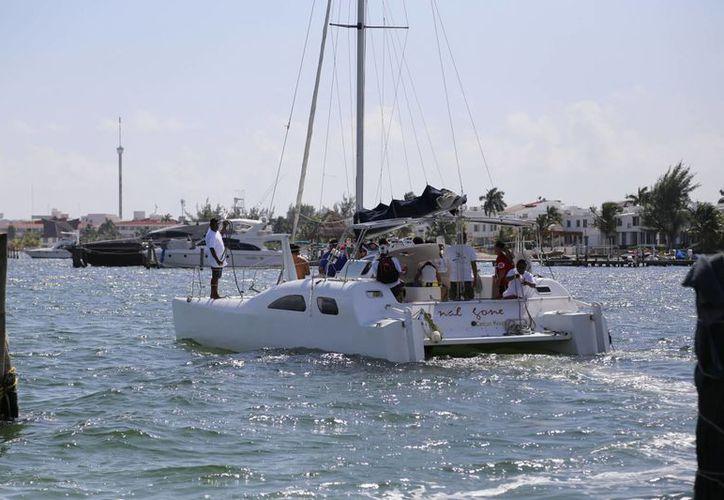 Un total de 10 turistas nacionales abordaron un catamarán con dirección a Isla Mujeres. (Israel Leal/SIPSE)
