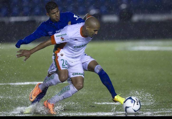 Además de dar continuidad al partido bajo la lluvia, el árbitro Miguel Ángel Ayala aumentó 12 minutos de tiempo de compensación. (Notimex)