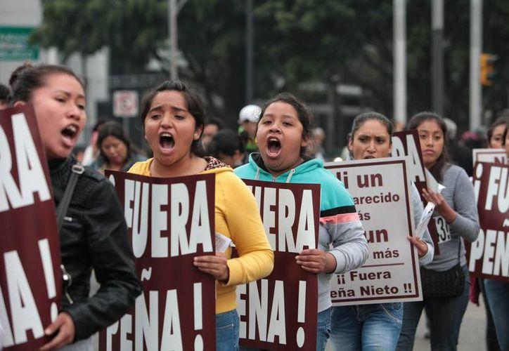 Imagen de archivo de familiares, estudiantes y simpatizantes de los 43 estudiantes desaparecidos de Ayotzinapa durante una protesta en la Ciudad de México. (Archivo/EFE)