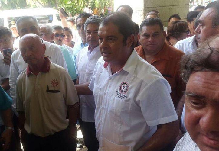 El líder de los taxistas del FUTV, 'Billy Fernández', dijo que uno de los acuerdos con el Gobierno fue sentarse a dialogar con las agrupaciones que prestan servicios de transportación. (Cristian Cuxín/SIPSE)