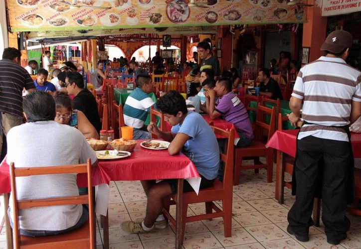 La Dirección de Fiscalización del Ayuntamiento verificó vigencia de la licencia de funcionamiento de más de 10 mil establecimientos en Cancún. (Consuelo Javier/SIPSE)