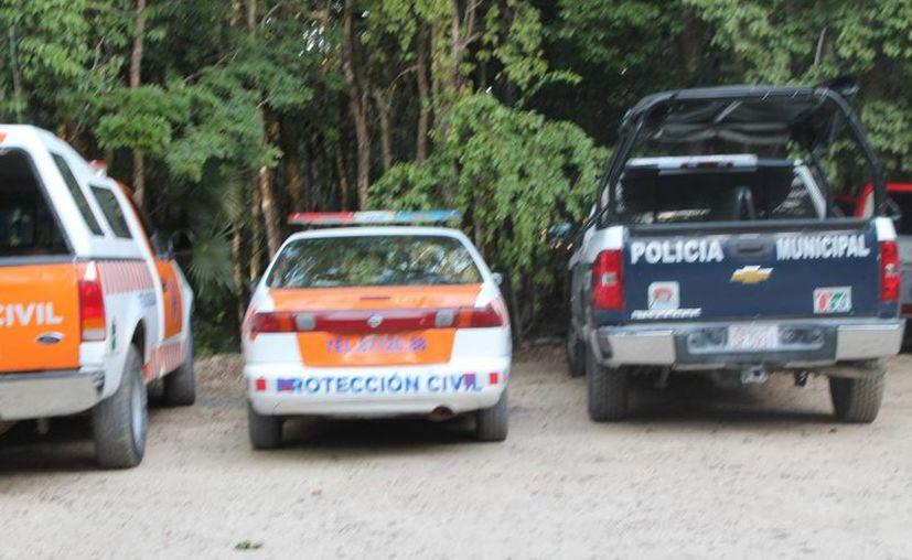 Elementos policiales se hicieron cargo del incidente en el que un hombre perdió la vida al nadar en un cenote. (Redacción/SIPSE)