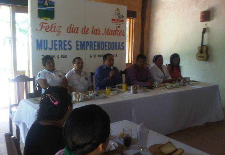 El alcalde y funcionarios durante una reunión con mujeres en un restaurante. (Cortesía/SIPSE)
