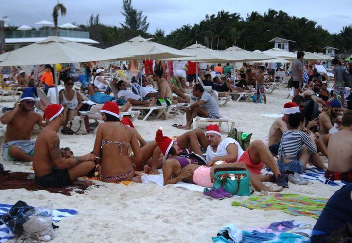 Los arenales de la Riviera Maya lucieron abarrotados durante el día de Navidad. (Octavio Martínez/SIPSE)