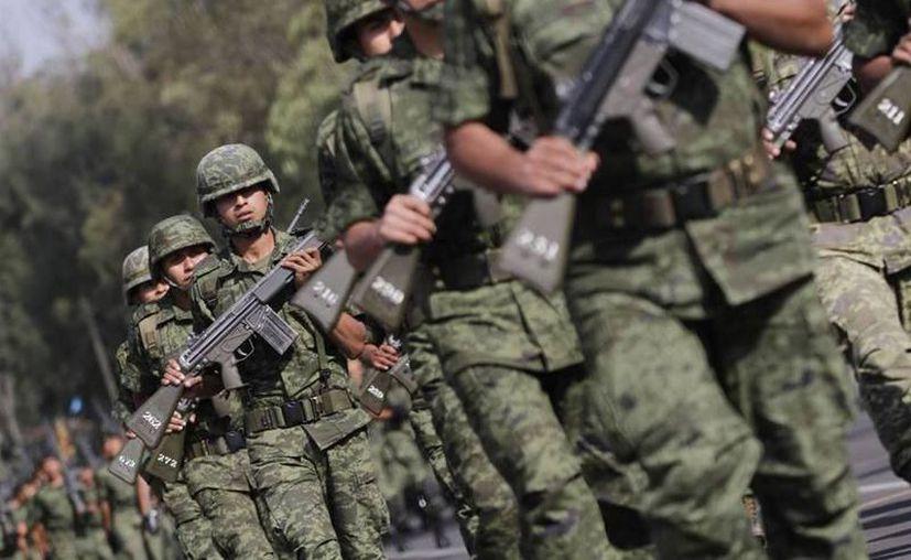 En las instalaciones militares, el personal mantiene la distancia interpersonal que debe haber entre las tropas. (Archivo/Sipse)