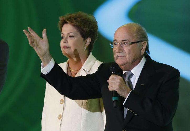 Joseph Blatter y Dilma Rousseff, presidentes de la FIFA y de Alemania, en ese orden, quienes recordaron a Mandela durante el sorteo mundialista en Brasil. (Agencias)