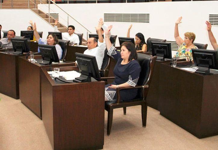 El Congreso del Estado  de Yucatán aprobó una reforma electoral que da paso, entre otros cambios, a la reelección de regidores y diputados, y al voto de yucatecos en el extranjero. (MIlenio Novedades)