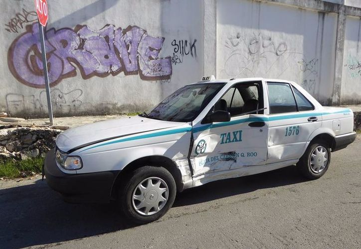 Policías de tránsito concluyeron que el responsable fue el conductor de la Toyota Hiace. (Foto: Redacción/SIPSE)