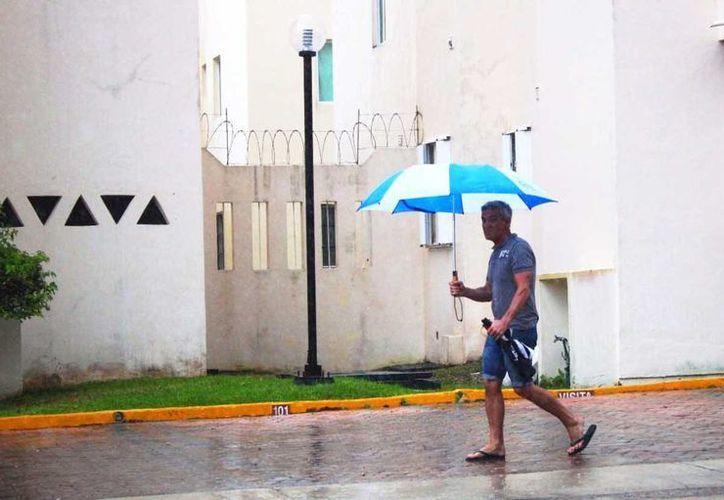 El meteorólogo local pronostica lluvias para todo el fin de semana en la Riviera Maya. (Octavio Martínez/SIPSE)