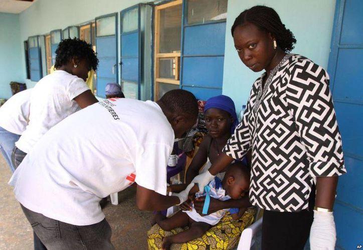 Trabajadores médicos toman una muestra de sangre a un niño en un centro de salud en Gusai, Nigeria, debido a que presenta envenenamiento por plomo. (AP Foto/Sunday Alamba)