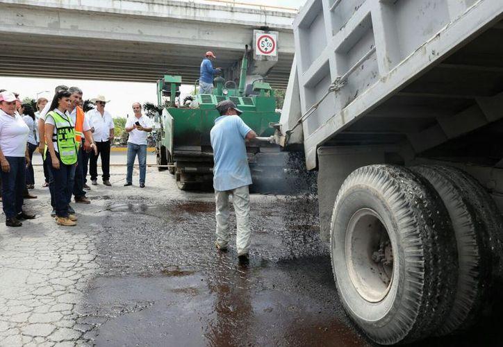 Los trabajos de rehabilitación de pavimento se realizan en la calle Chacá. (Cortesía/SIPSE)