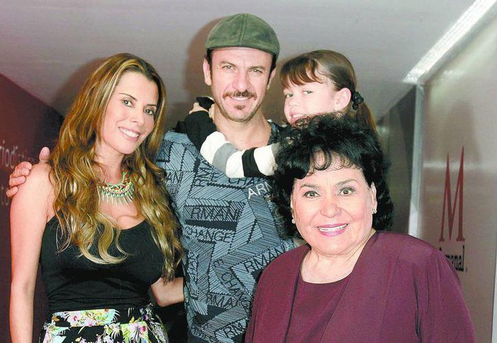 Los actores Beatriz Morayra, Alejandro Ávila, la niña María José Mariscal y Carmen Salinas. (Milenio)