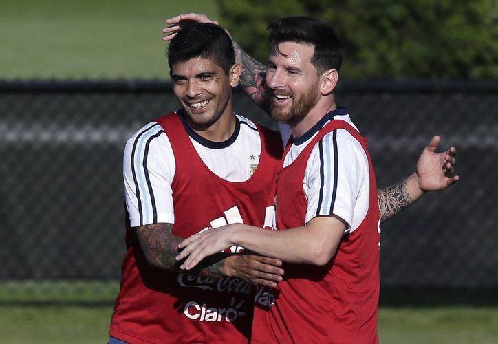 Lio Messi buscará llevar a la selección argentina hacia las semifinales de la Copa América.En la foto, Messi celebra junto a Ever Banega en los entrenamientos.(AP)