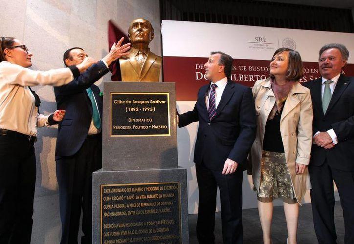 El secretario José Antonio Meade Kuribreña encabezó la ceremonia en la que se develó el busto del diplomático mexicano Gilberto Bosques Saldívar, quien salvó miles de vidas al expedir visas a judíos que escapaban del régimen nazi, así como a españoles perseguidos por el franquismo. (Notimex)