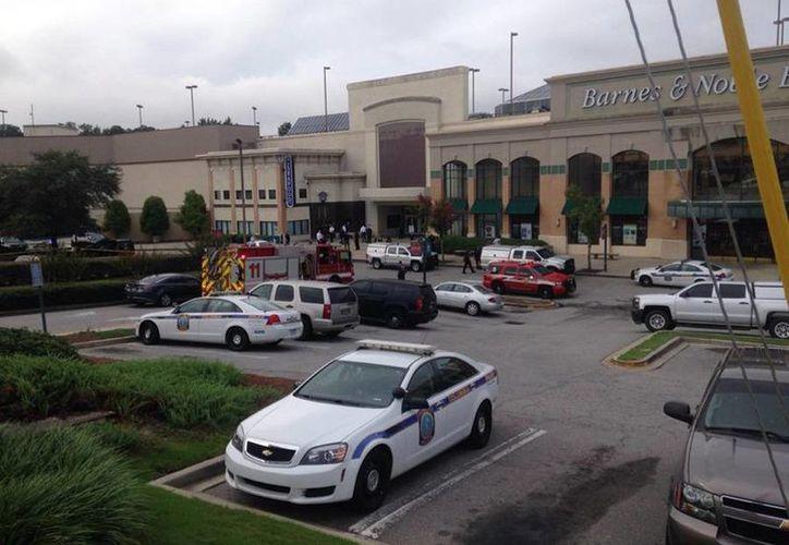 Tras el tiroteo en el Richland Mall en Forest Acres llegaron agentes policiacos. (twitter/@MaryKingWISTV)