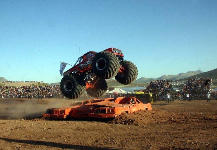 """Al parecer, el chofer del """"monster truck"""" perdió el control del enorme vehículo. (Notimex)"""